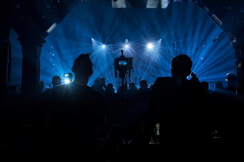 Omriss av mennesker på konsert. Foto.