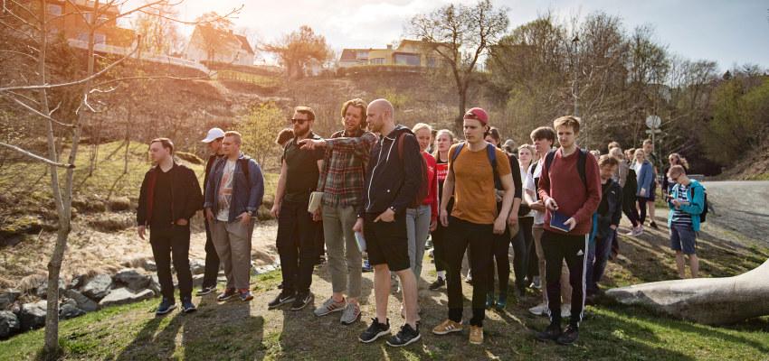 En gruppe personer er på feltkurs i en park. Foto.