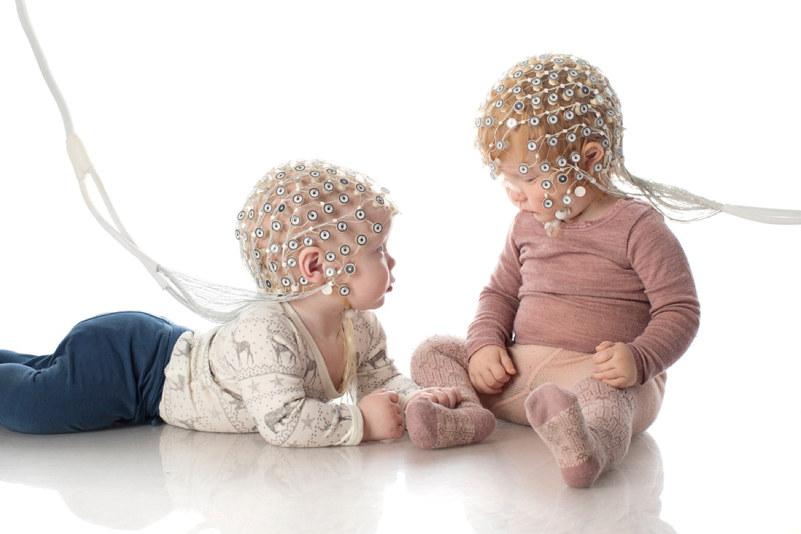 To babyer med utstyr på hodet. Foto.