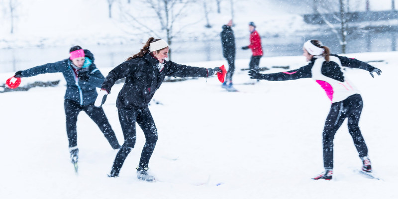 Ung adults playing in the snow. Photo.