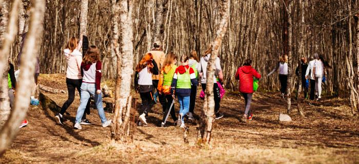 Studenter og elever i skogen. Foto.