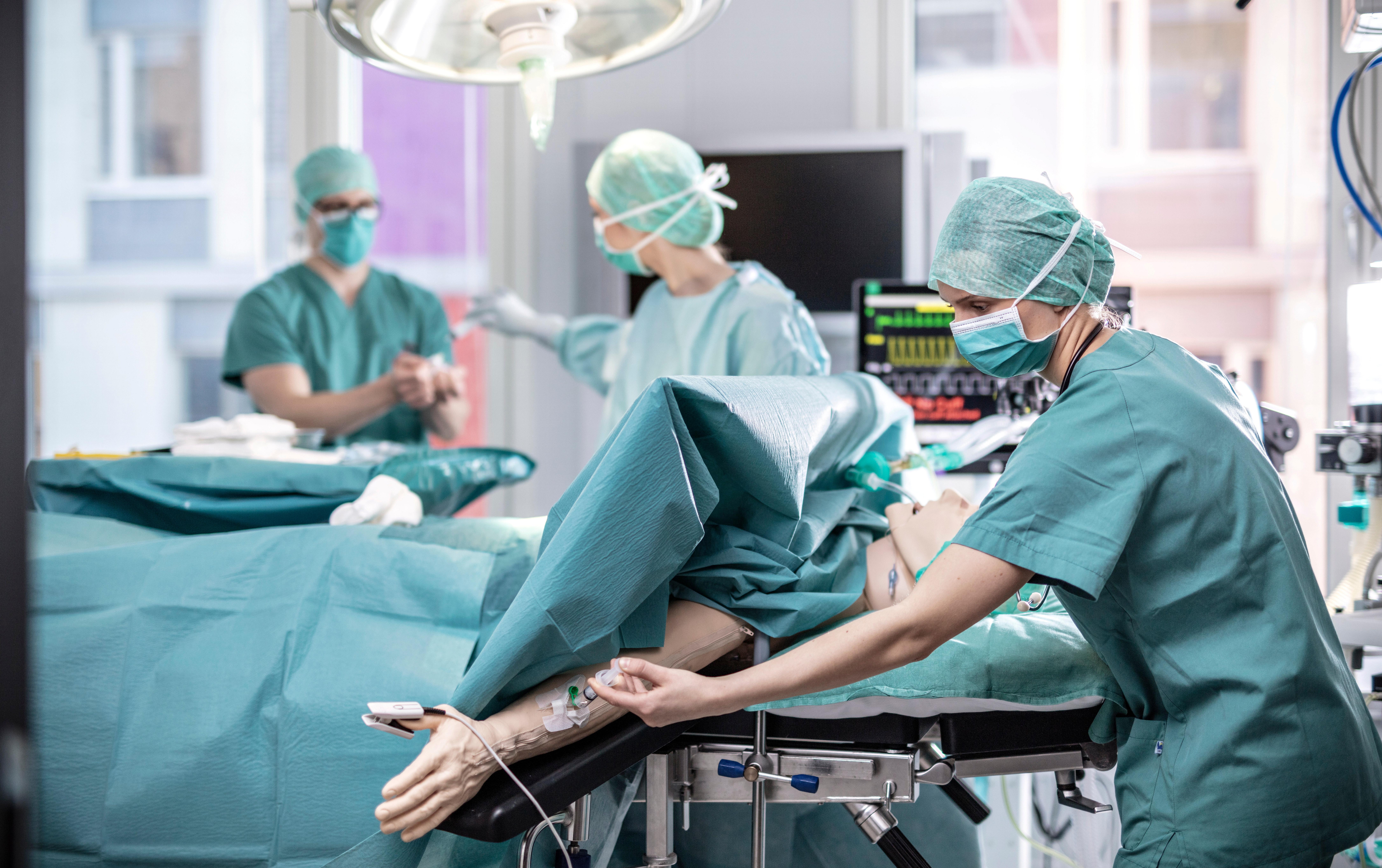 Anestesisykepleierstudenter med pasientsimulator. Bilde
