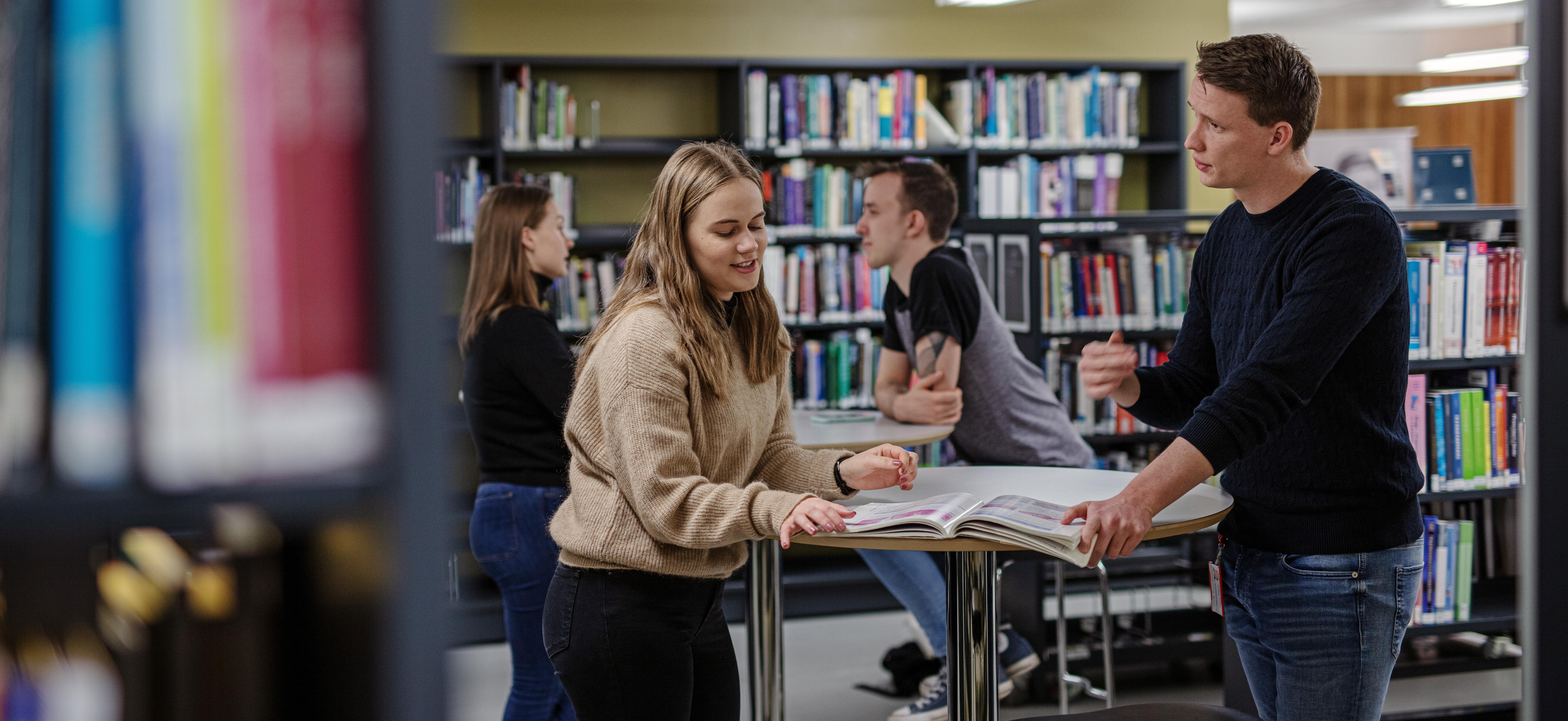 Studenter på Bibliotek for medisin og helsefag ved NTNU. Bilde
