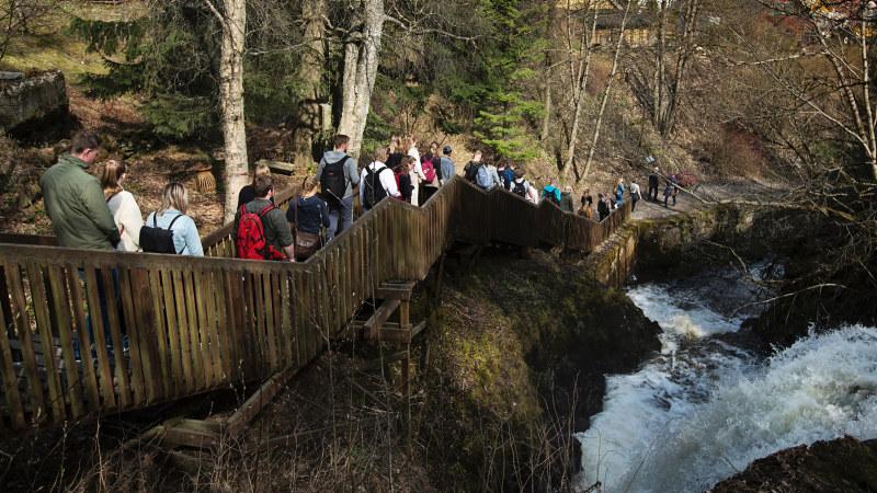 Studenter på tur ved en foss