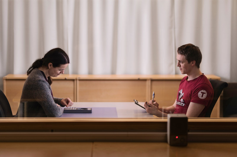 To studenter utfører et psykologisk eksperiment. Foto